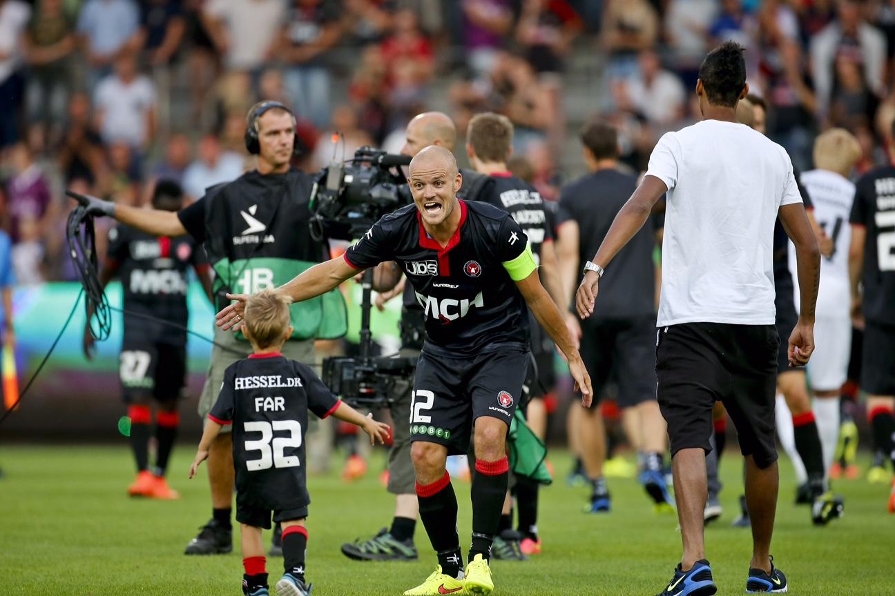 Superliga: FCM - BIF   Søn 20-07-2014 kl. 19:00 Hjemmehold FC Midtjylland  Udehold Brøndby   Kristian Back Bak (32) (FCM) jubler med sønnen Carl