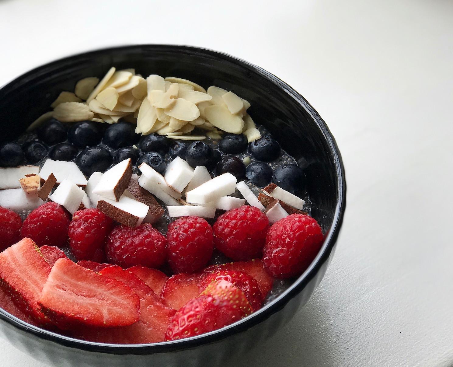 // På overskudsagtige morgener starter jeg allerhelst dagen sådan her: Chia bowl baseret på plantemælk med mandler, bær og kokos. Det er så hudvenligt, som det næsten kan blive.