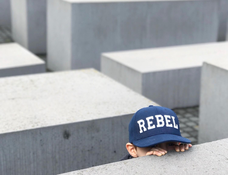 Gemmeleg ved mindesmærket for de døde jøder under 2. verdenskrig. Gemmeleg vil vist være de fleste børns tanke, når de ser det særlige og smukke monument.