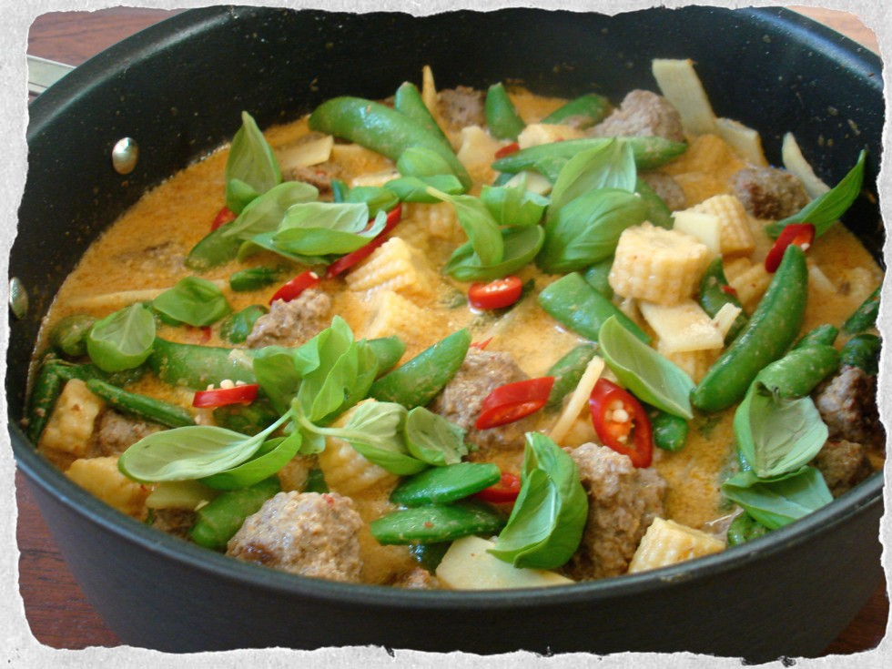 Spicy meatballs with red curry sauce