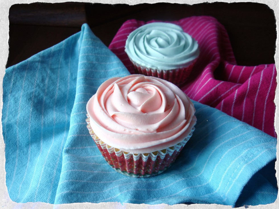 Homemade-vanilla-cupcakes-with-cream-cheese-frosting