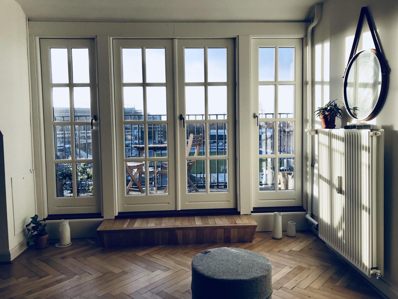 Udgang fra stuen til altanen og udsigten fra lejligheden