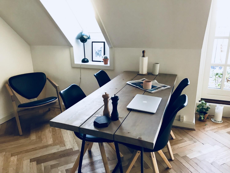 Læsehjørnet, hvor der kun læses Anders And-blade, og vores spisebord. Plakat fra Desenio