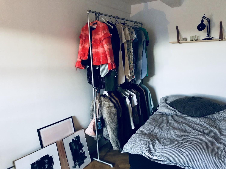Et billede af alt det tøj, som jeg ikke kan passe. Hurra. Plakaterne er fra Desenio.