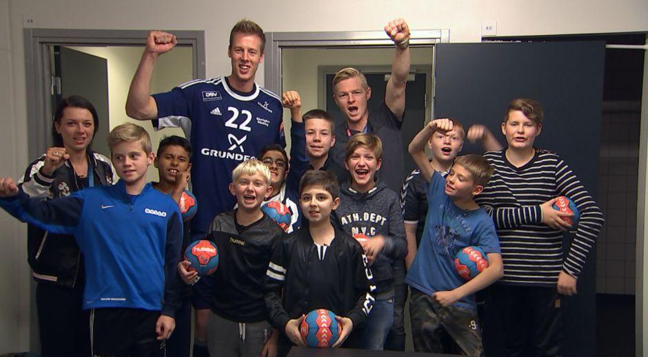 Drengene fra håndboldmissionen møder Nikolaj Markussen. Foto: DR