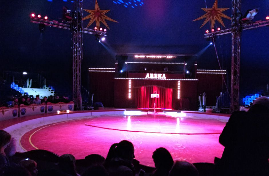 Den eventyrlige cirkusbog står klar til forestillingens start