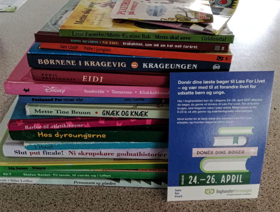 Stakken vi fik samlet og doneret til Læs for Livet i vores lokale boghandel