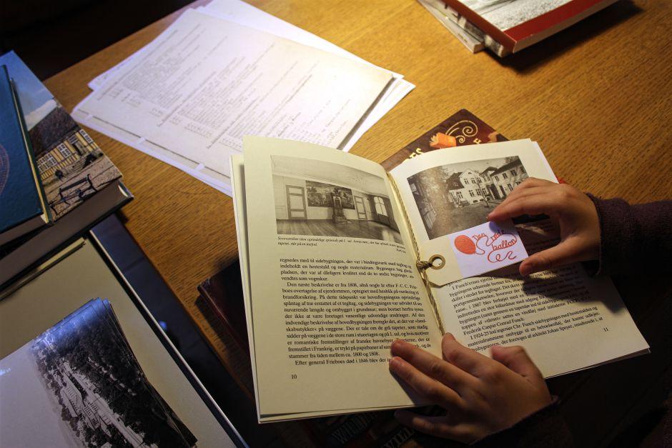 En af de små sedler som viser børnene, hvordan man arbejder som arkivar