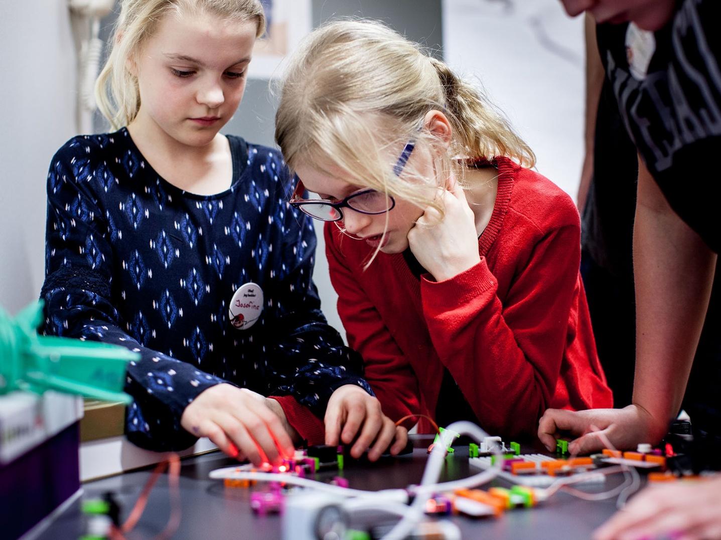 Piger igang med kodning Foto: Favroskov, MakeyMakey og Banjamin Pomerleau