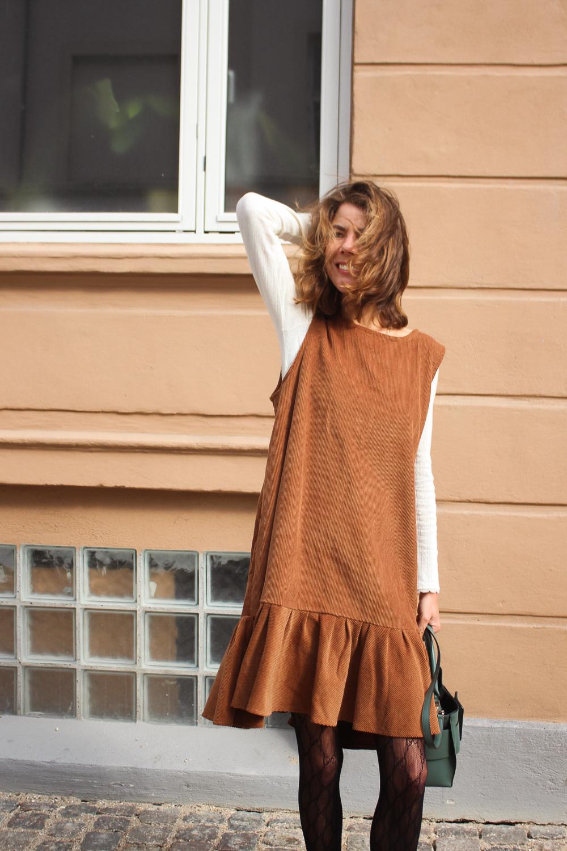Et efterårsoutfit - iført den fineste brune kjole fra Laohle