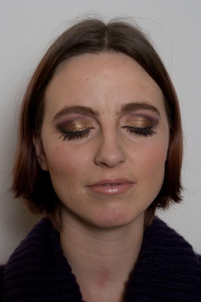 Look med nude læber og et twist, model med lukkede øjne