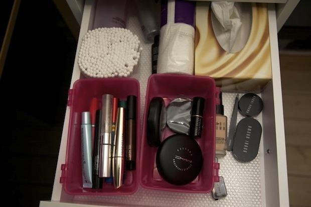 Skuffe med diverse makeup