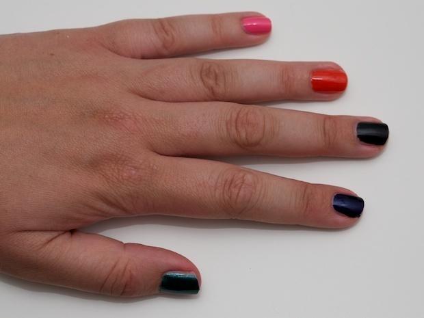 Fra lillefinger mod tommelfinger: 011 Electric PinkOh My Gosh neglelak 011 Electric Pink, 012 Orange Splash, 013 Black Is Black, 014 Deep Sea Blue, 015 Bottle Green