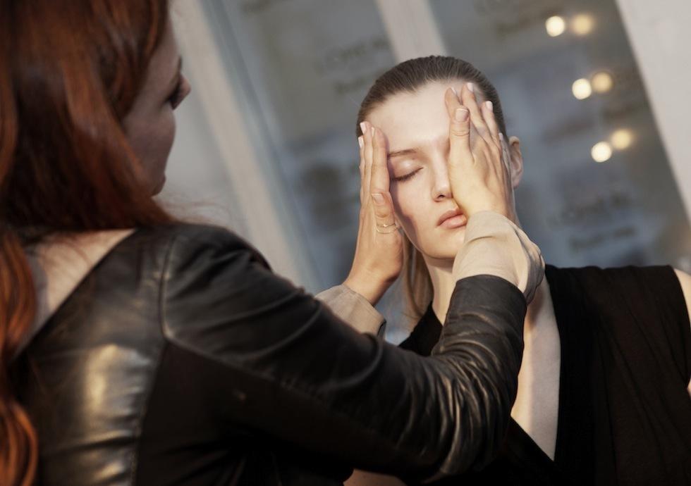 Anne Staunsager lægger makeup