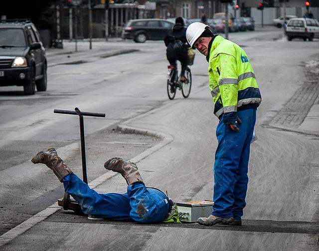 """Jeg gider ikke lave endnu en billedkollage, så her er et billede, min mand har taget af to metro-arbejdere, der fik vores søn til at udbryde """"de graver efter guld!"""""""