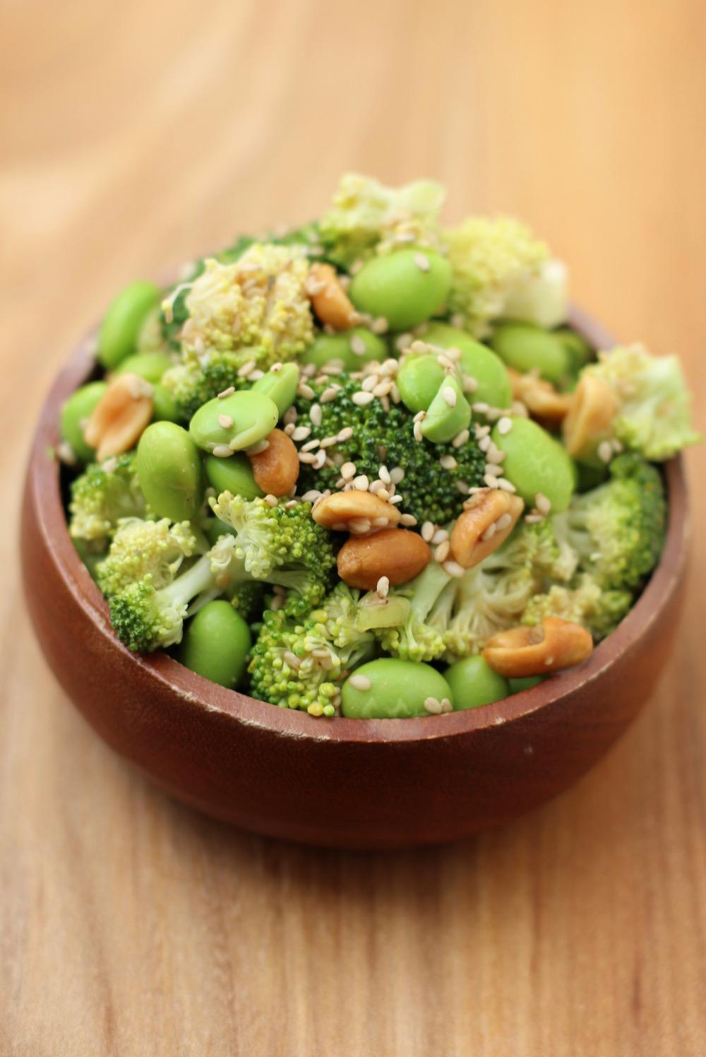 Broccoli salat med peanuts