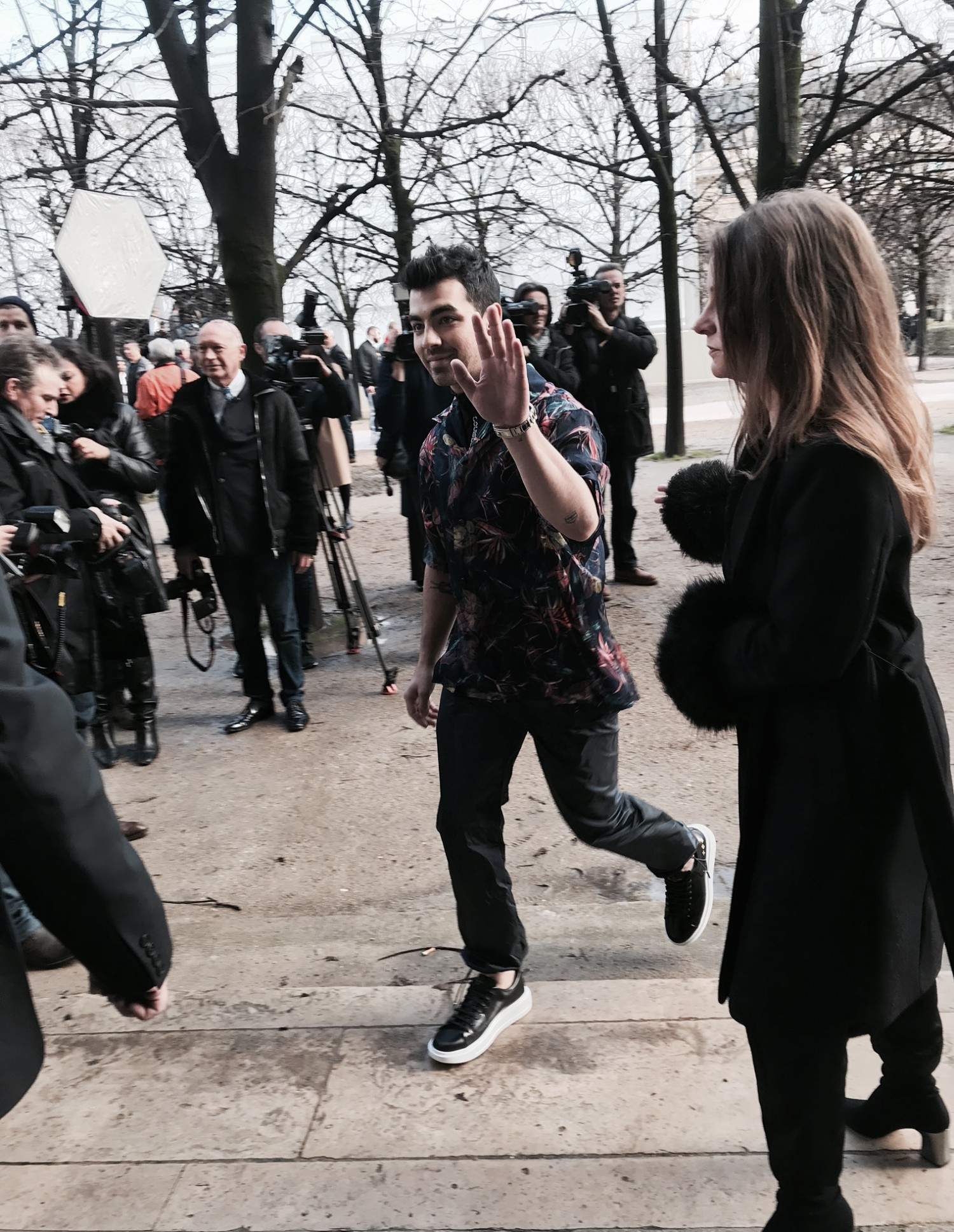 Joe Jonas i skjorte fra Louis Vuittons SS18 kollektion