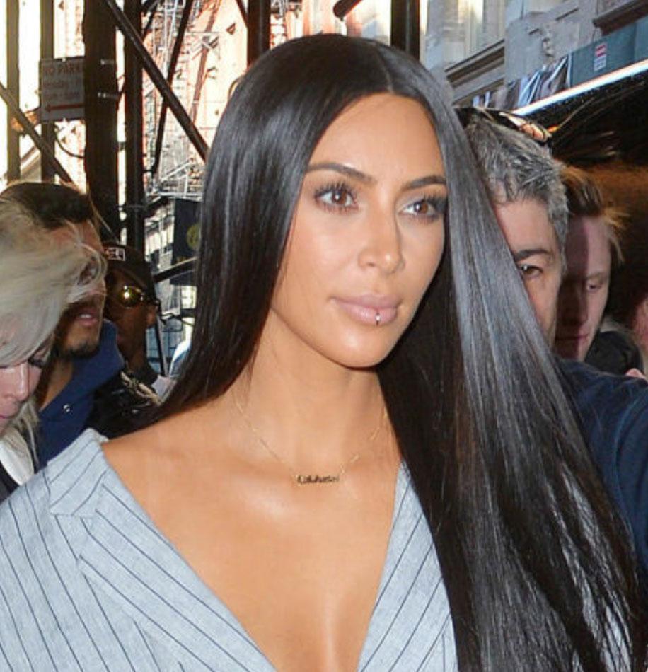 kim-kardashian-name-necklace-3