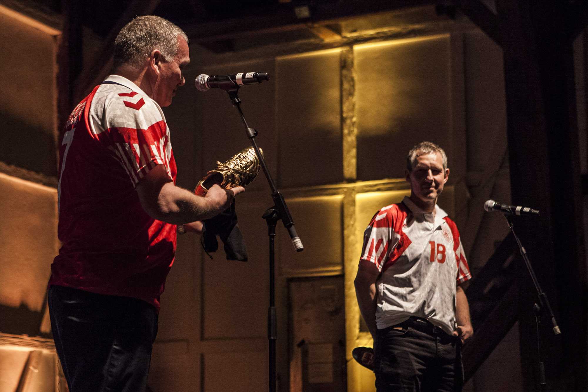 John Faxe og Kim Vilfort kom på scenen iført Hummel trøjer.