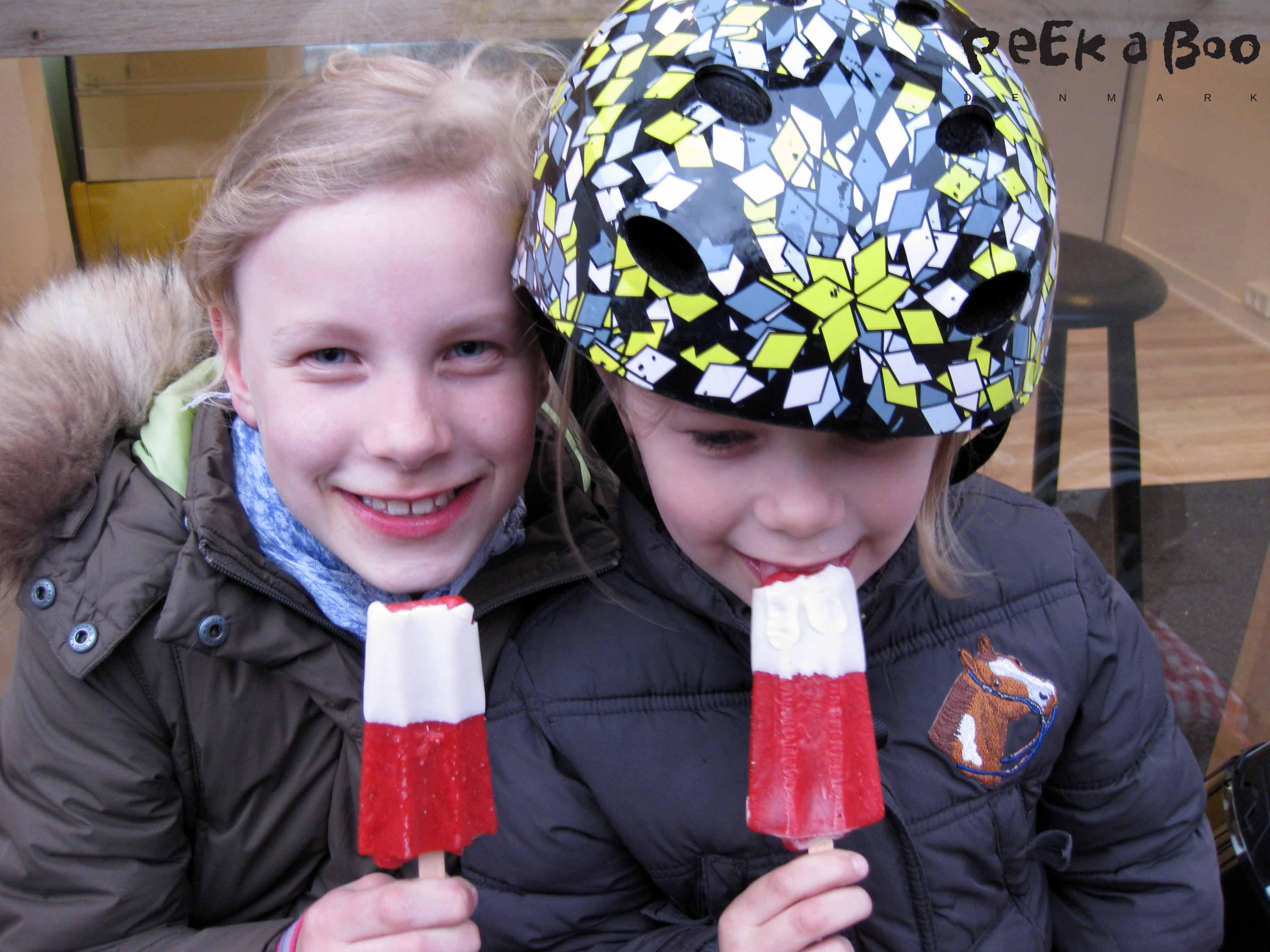 Pigerne med jordbær is pind...fra HVIID'S IS, Olufsgade lige v. Østerbrogade...Prøv det !