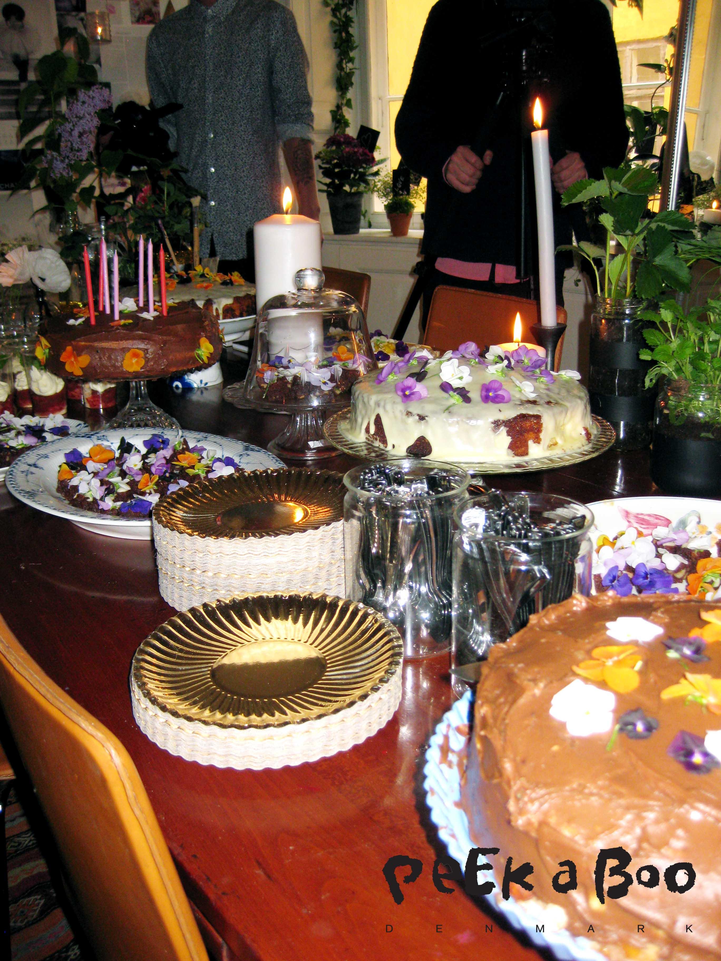 Det store ( sønderjydske) kagebord med spiselige blomster på toppen. Virkelig fint !