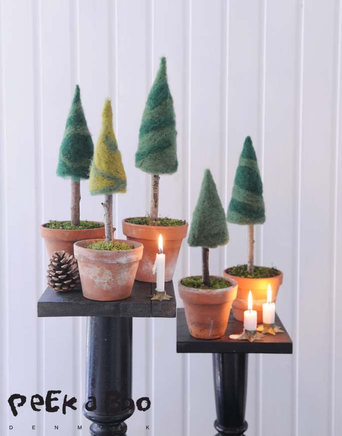 filtede juletræer på række.