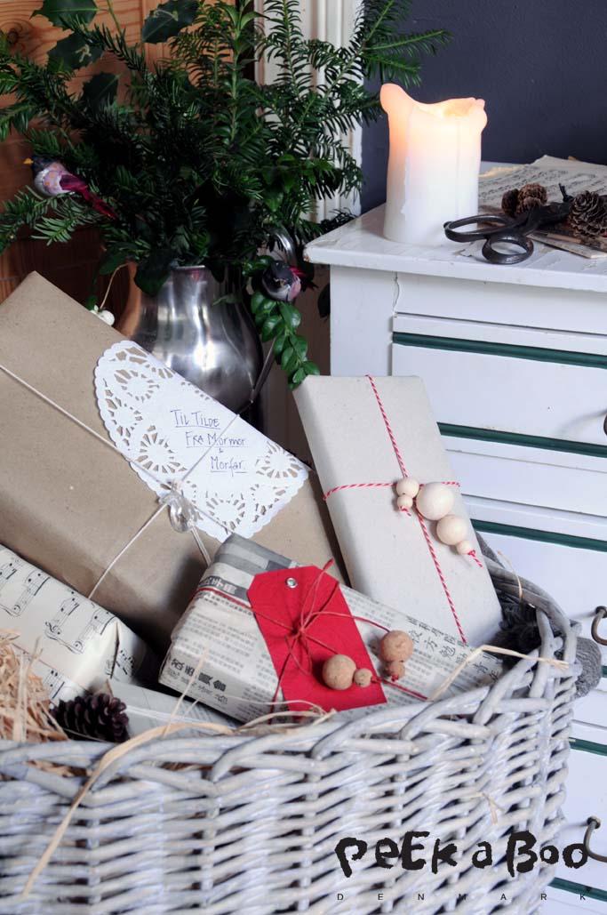 Nostalgiske gaver...med et moderne tilsnit...Prøv med træ eller kork perler på gavebåndet, det giver en fin effekt. design by Peekaboo design og Foto Lene Nissen.