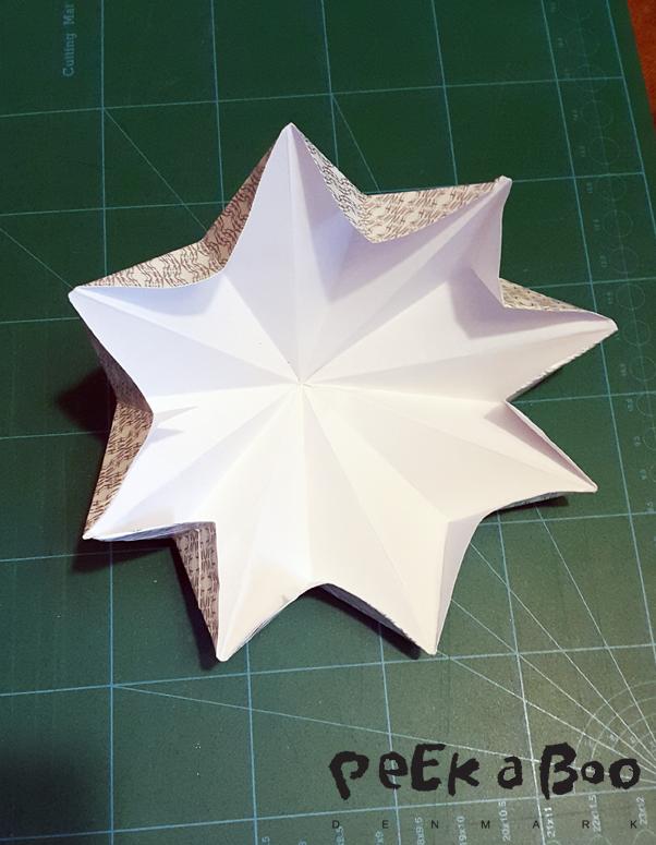 Fold dem ud igen, og fold nu de små trekanter ind mod midten.