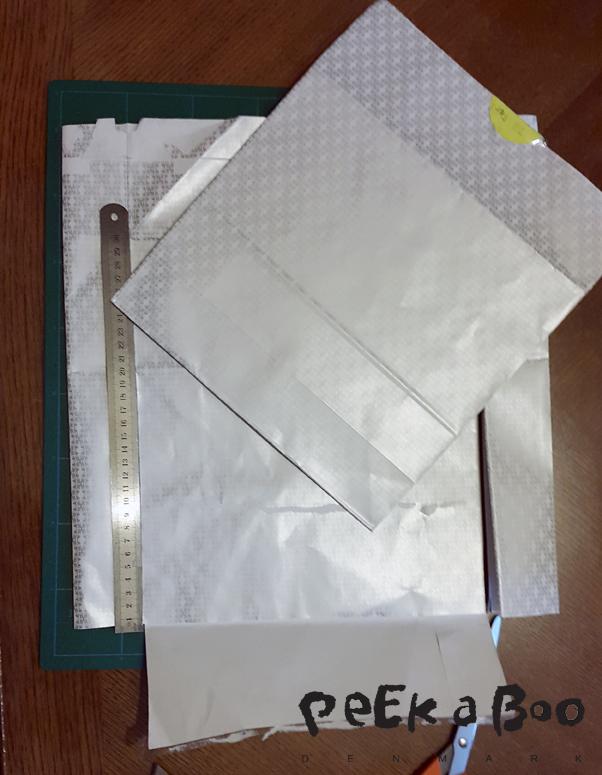 Jeg brugte nogle gaveposer fra julen. Du skal helst finde papir der er lidt tykkere end alm. fotokopi papir, og ikke så tykt som karton.