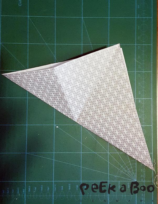 fold ud og fold så de danner en trekant på begge leder.
