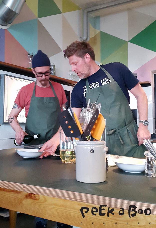 Timm Valdimir og Køkkenchefen Kenneth Søndergaard demonstrere hvordan de i Timm Vladimir's køkken bruger Urban Cultivator.