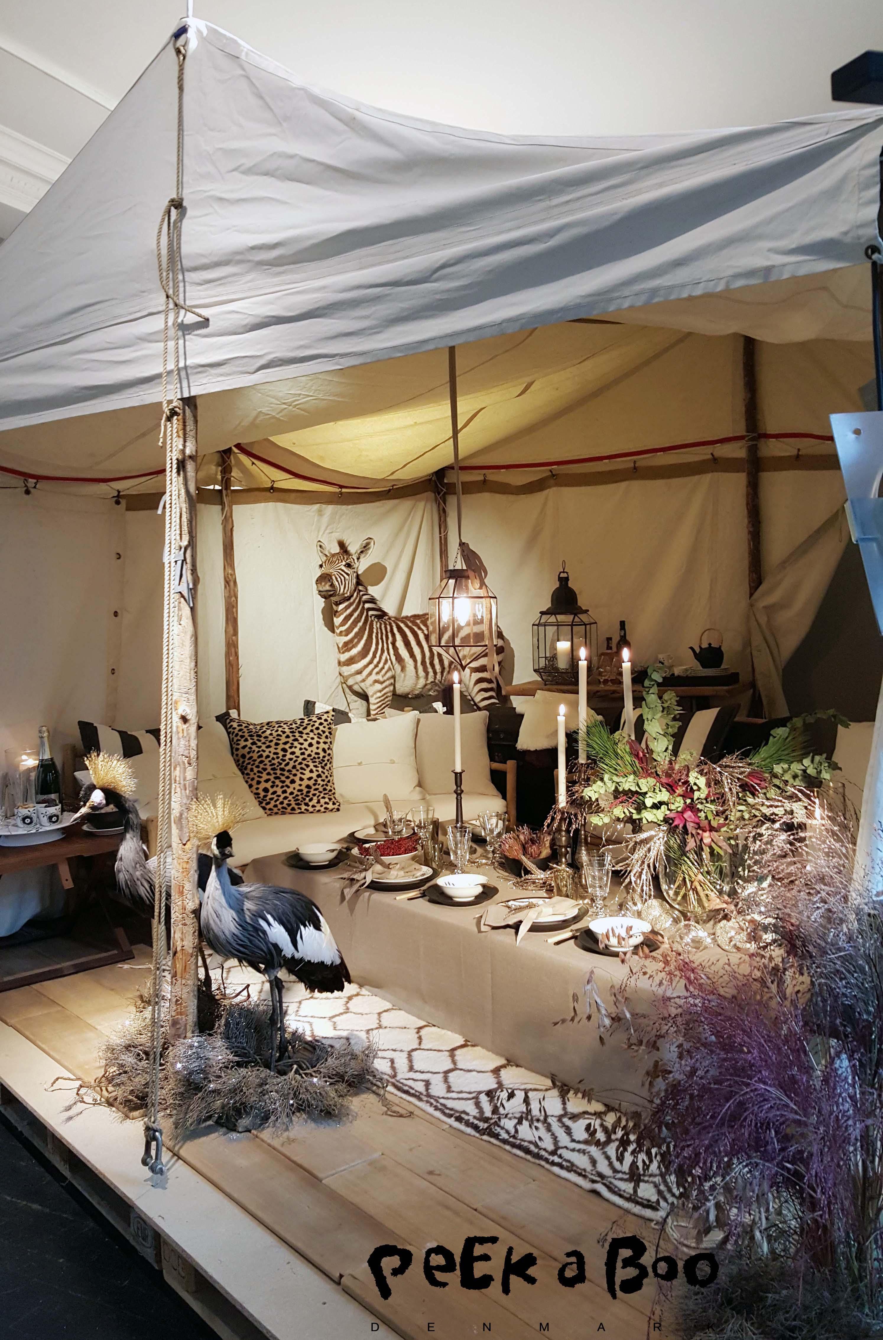 Kirsten Lehfeldt har dækket op i et safari telt på savannen. Hun drømmer sig ned i varmen med den nærmeste familie, og dækket op med sort mega mussel og sort riflet...på store bløde puder og med selskab af eksotiske fugle og zebraer. med med ris a la manden i tasken, så traditionerne holdes i hævd.