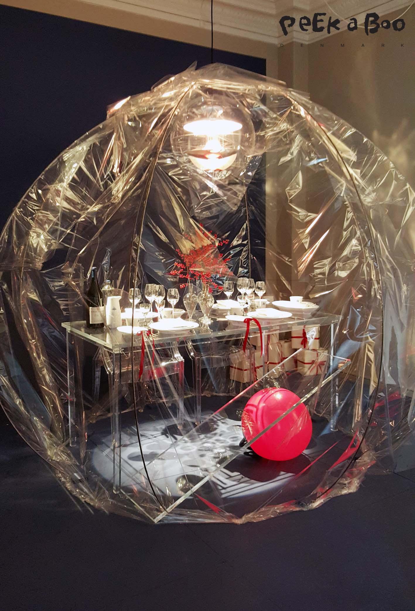 Jarl Friis Mikkelsen har lavet en gennemsigtig kuppel man sidder inde i og indser gennemsigtigheden i hele julehysteriet...tror jeg nok at han mente, da jeg spurgte ind til det. Og så var der en plexiglas plade der balancerede på en rød bold, der skulle symbolisere hvordan vi netop skal balancere på bedste vis gennem julen.