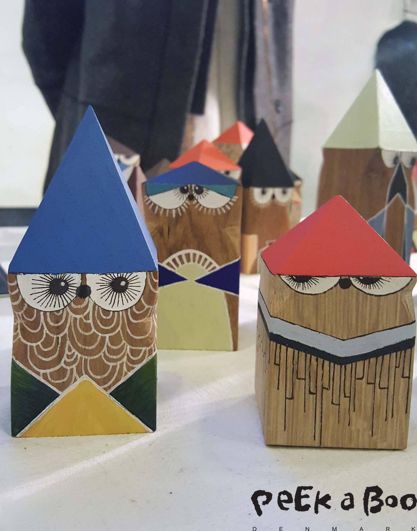 Farverige og fantasifulde figurer i træ, lavet af Kitt Dusinia.