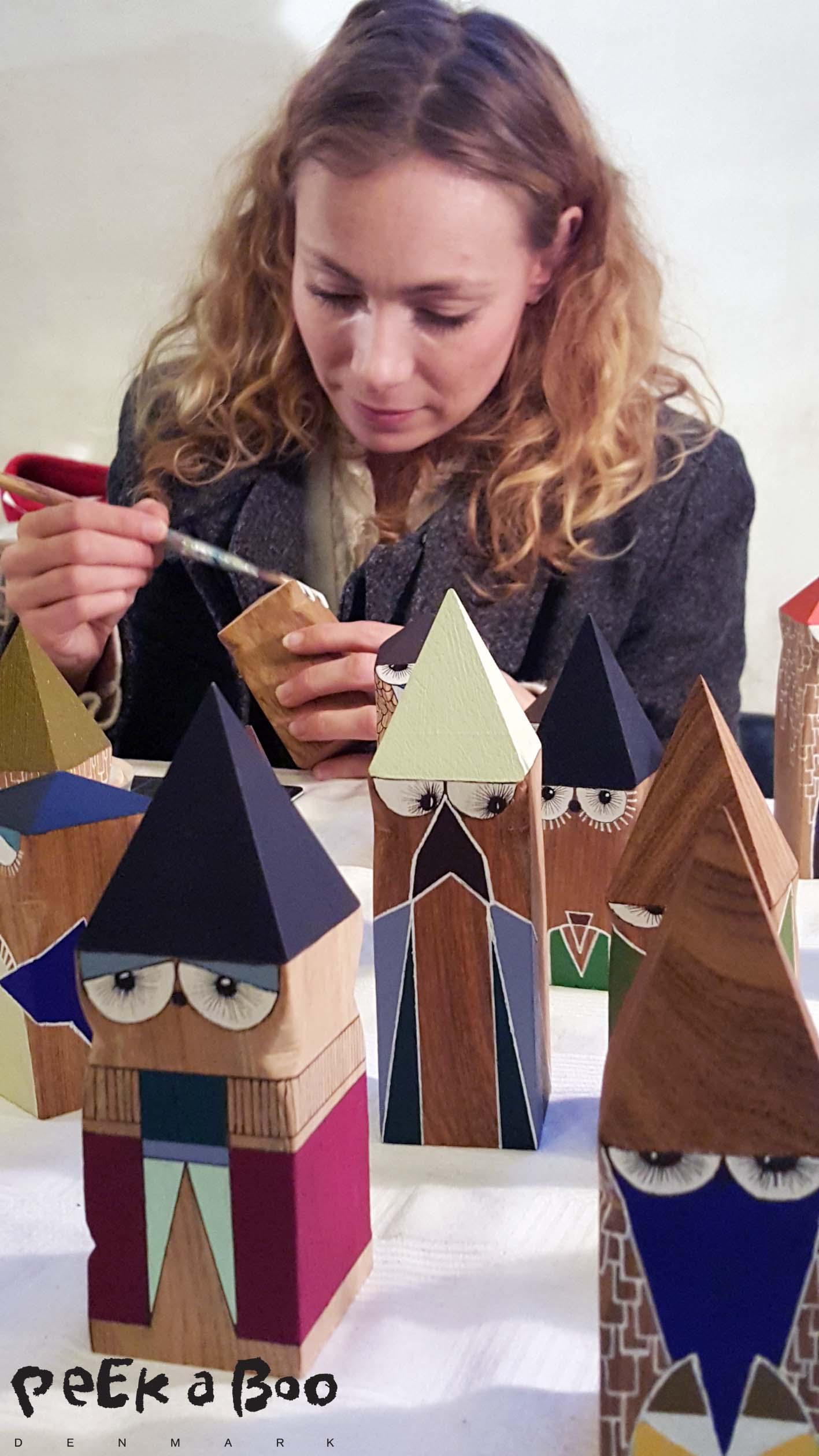 Kitt Dusinia sad og malede de fine træfigurer på julemarkedet i Ridehuset i Århus,