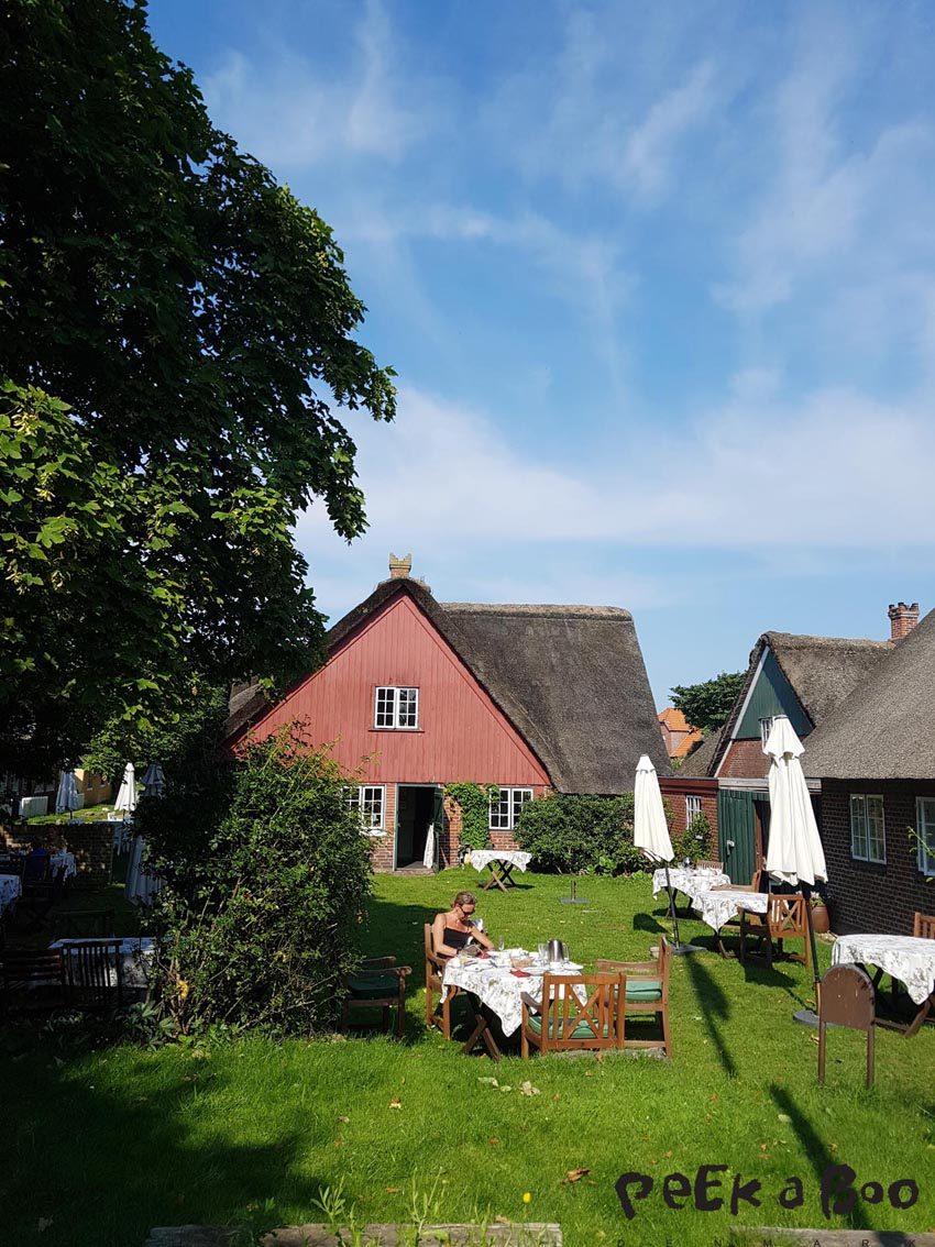 Sønderho kro garden.