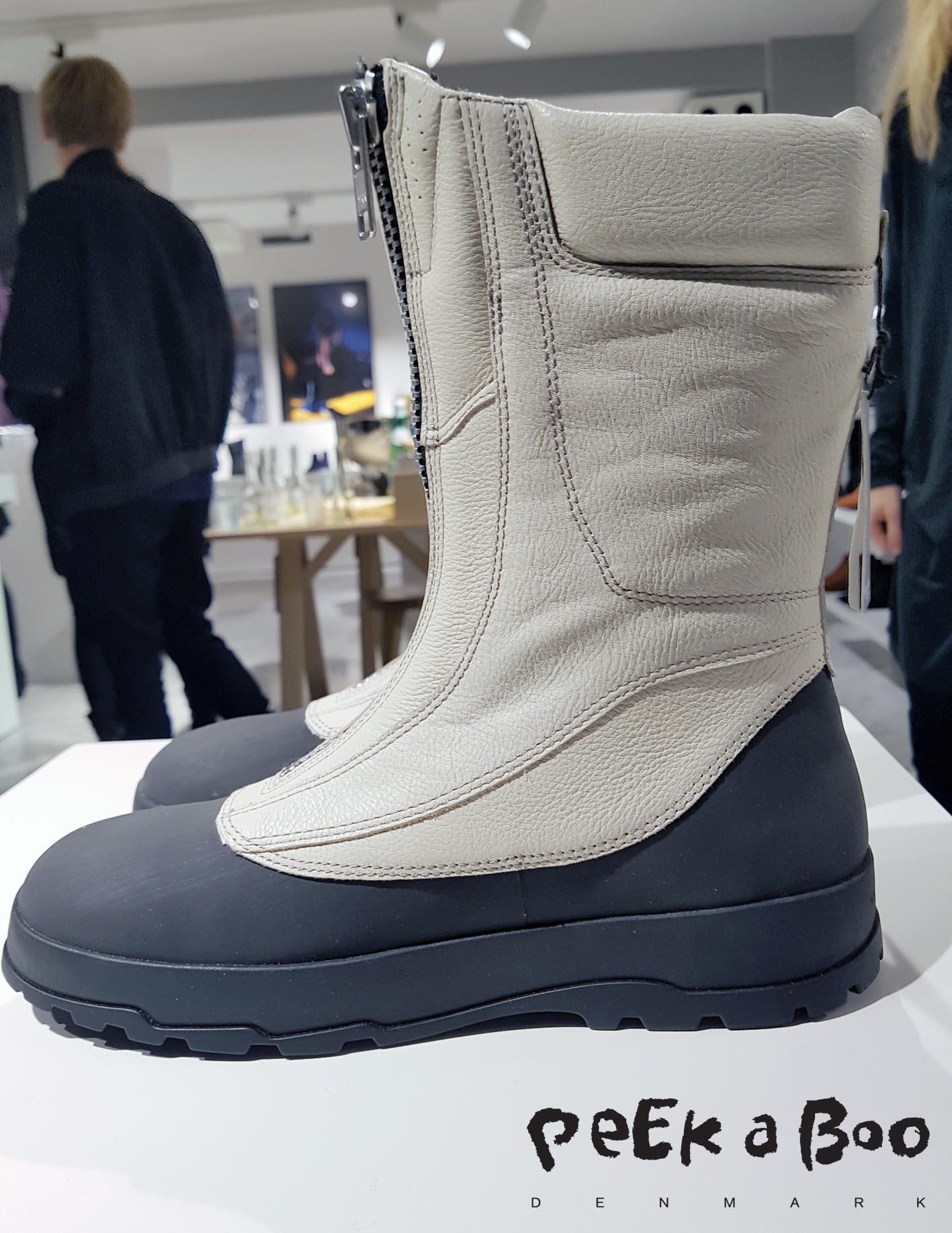 En af modellerne fra serien af The Urban Utility Boot. De findes også i sorte og med snøre i forskellige højder. De er lavet i vandskyende læder på en gummisål, så de kan klare det skandinaviske vejr.En af modellerne fra serien af The Urban Utility Boot. De findes også i sorte og med snøre i forskellige højder. De er lavet i vandskyende læder på en gummisål, så de kan klare det skandinaviske vejr.