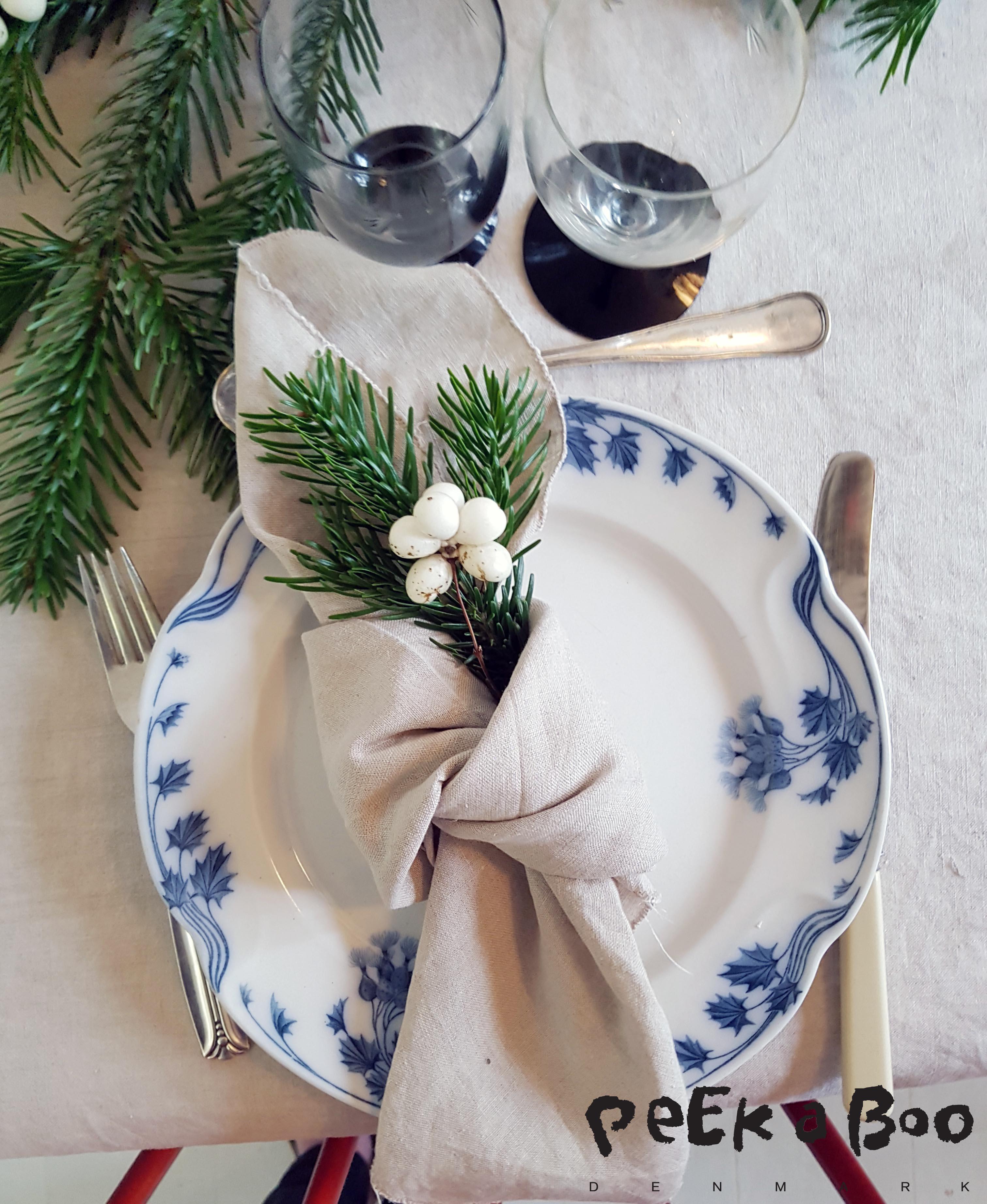 de gamle tallerkner hedder tidselblomst og servietter og dug er syet af hørstof fra Stof og Stil. Bestiik og glas er vintage.