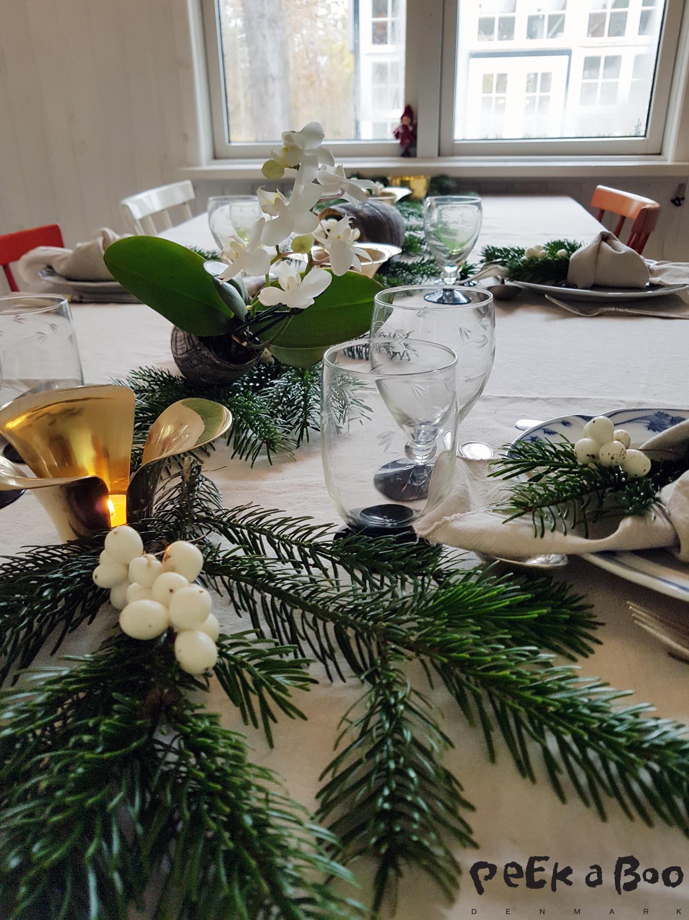 Gran og snebær blandet med fine messing stager fra Ikea. Kohornene kan du få hos Læderiet.