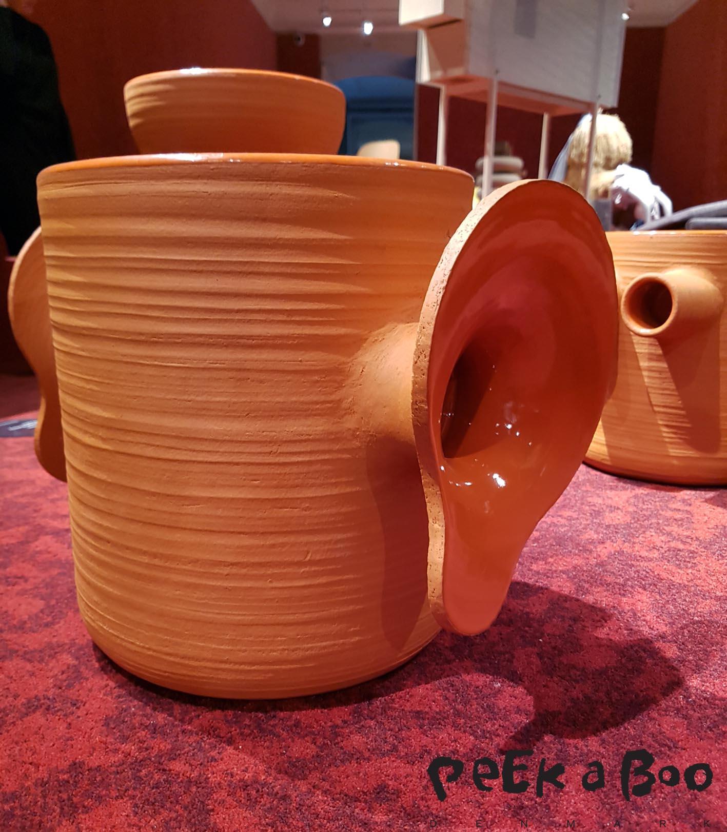 Primal Pottery Project- Ole Jensens kreative fortolkning af temaet for dette års udstilling - In My Mind Craft - samtidig engagerer sind og intellekt, krop, materiale og objekt. I hans hænder, har temaet fundet et udtryk i fælles menneskelige symboler, tegn og referencer med inspiration fra tidlig keramik.
