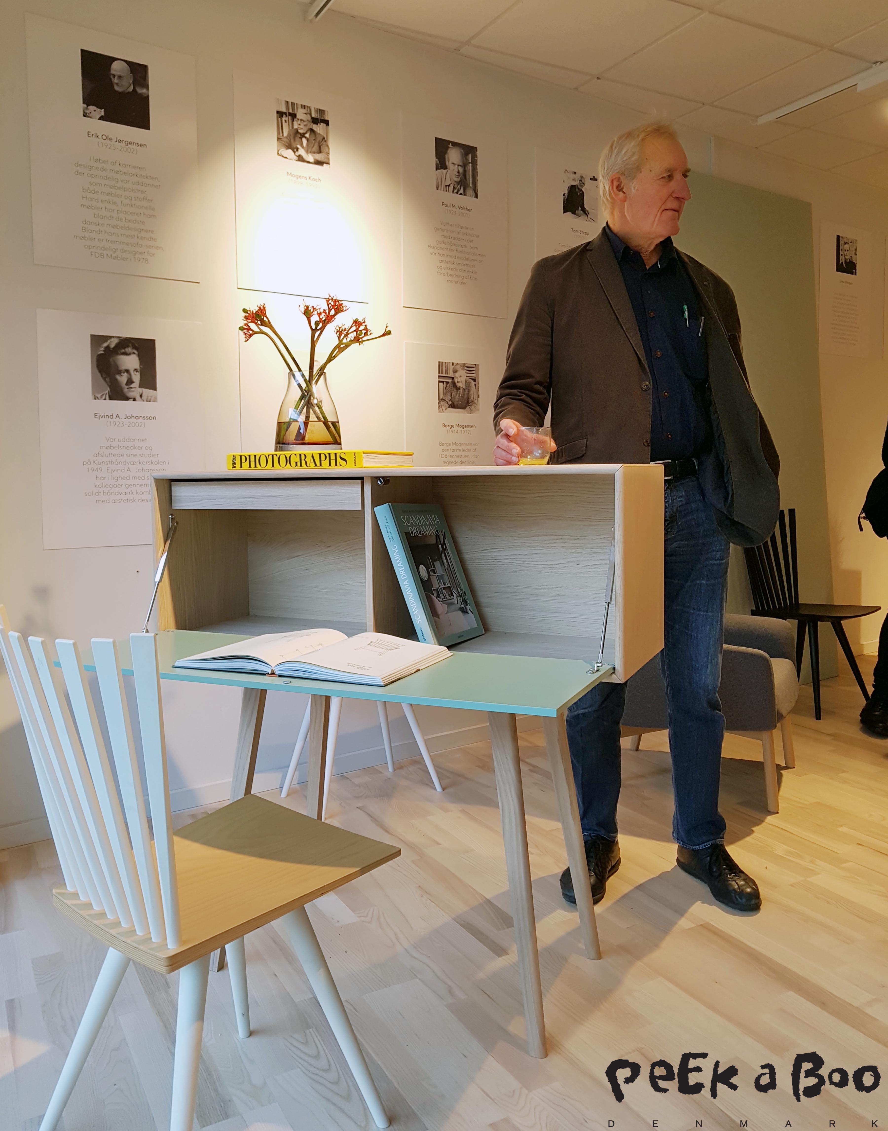 Her står Peter Hiort-Lorentzen ved sekretæren, som han har designet sammen med Johannes Foersom.