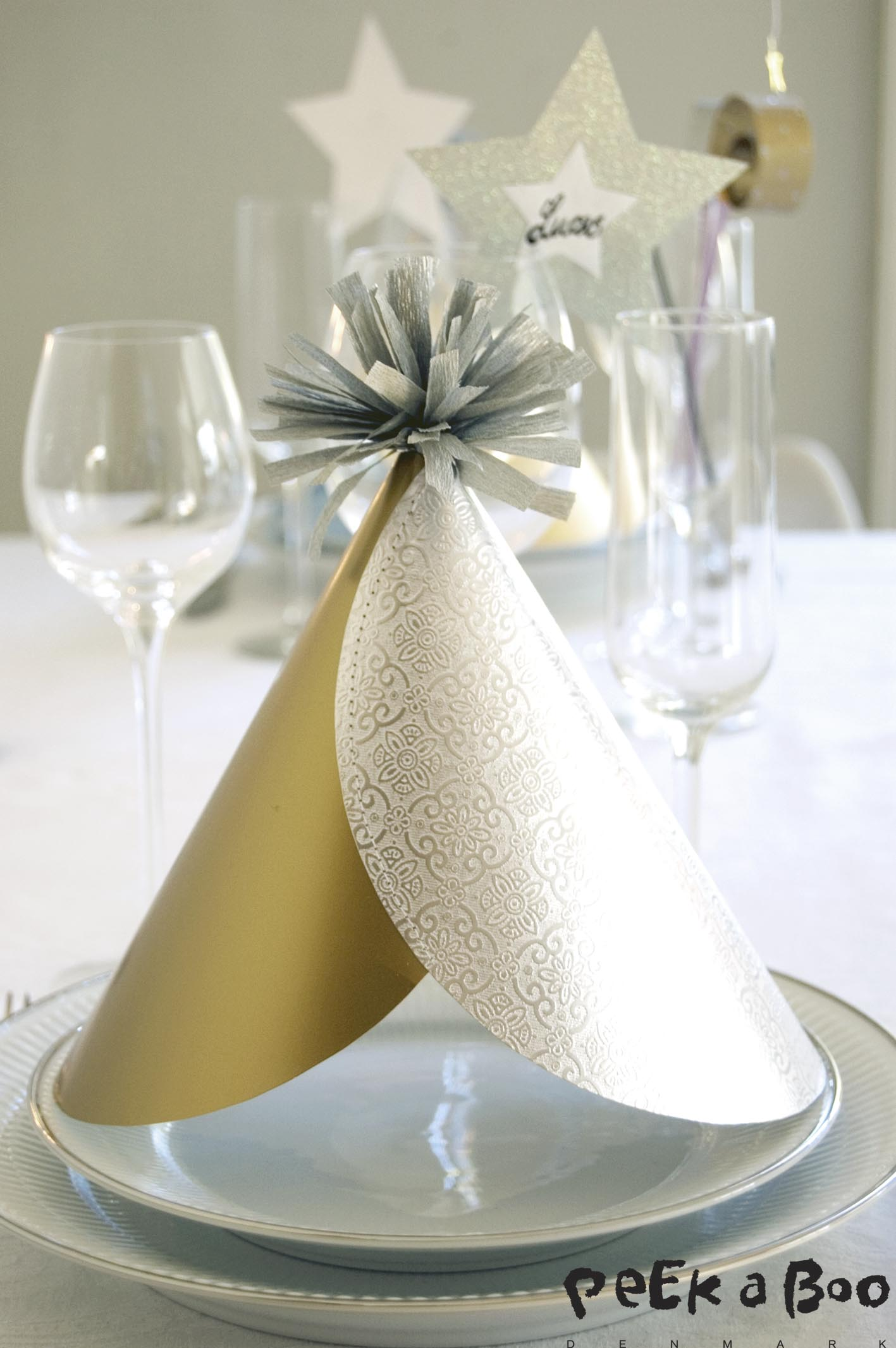 The easy DIY New Years hat that matches your tablesetting.