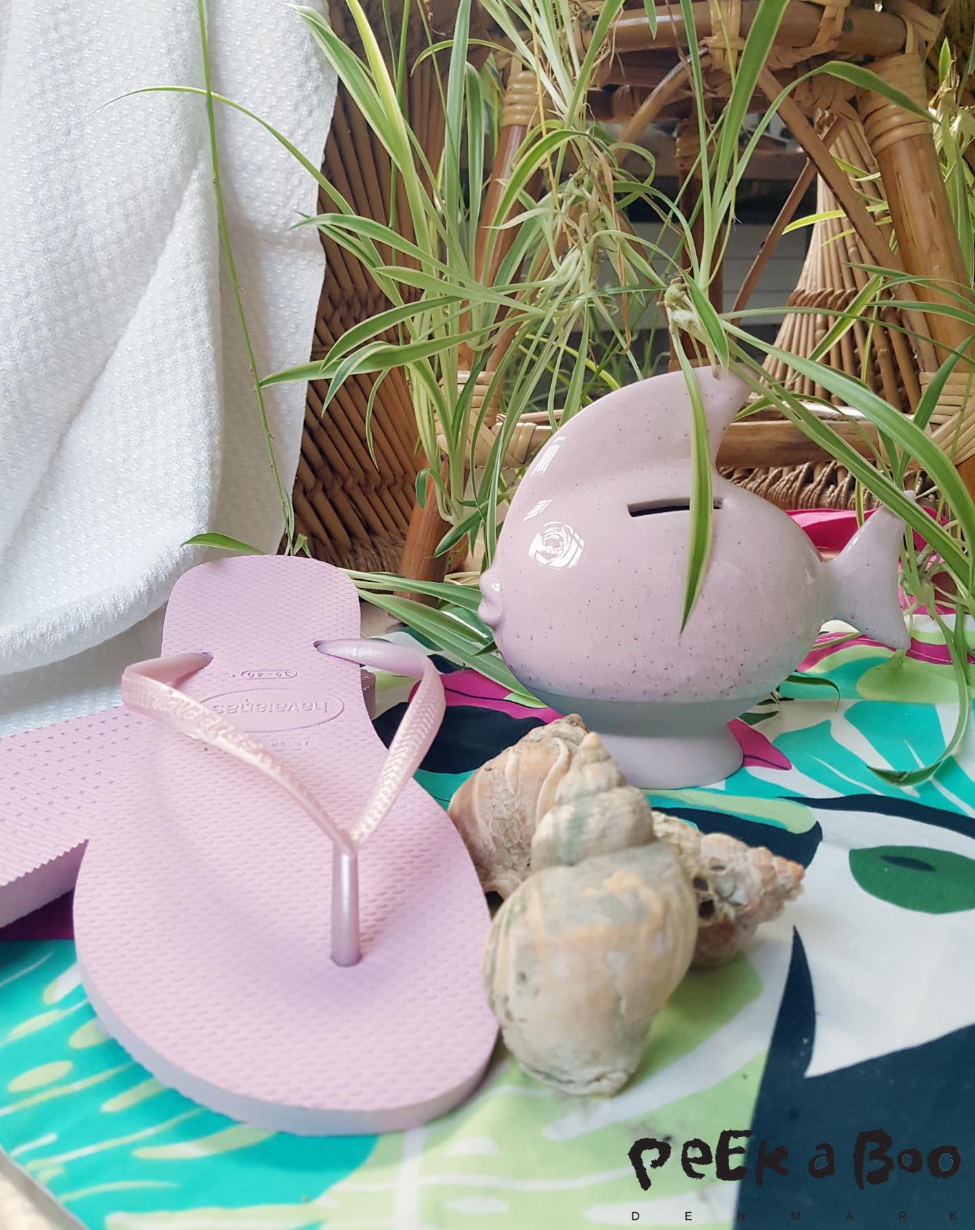 klip klappere er et must...og disse Havaianas i lyserøde kommer til at være klistret fast under mine fodsåler i de 14 dage vi er dernede. Den lille spare-fisk fra Kähler design kan lige bruge til at spare sammen til den næste tur...Grønne planter kan du jo finde i massevis hos JH engros planter som jeg tidligere har skrevet om her.
