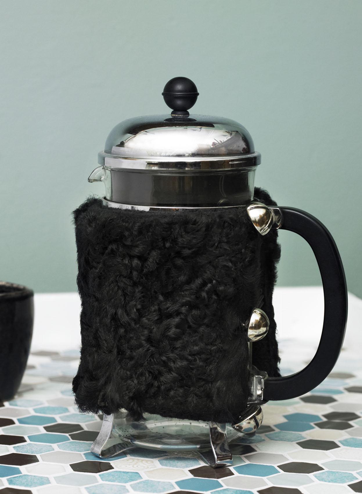 Kaffevarmer i pels vist i Hendes Verden nr. 5 2017