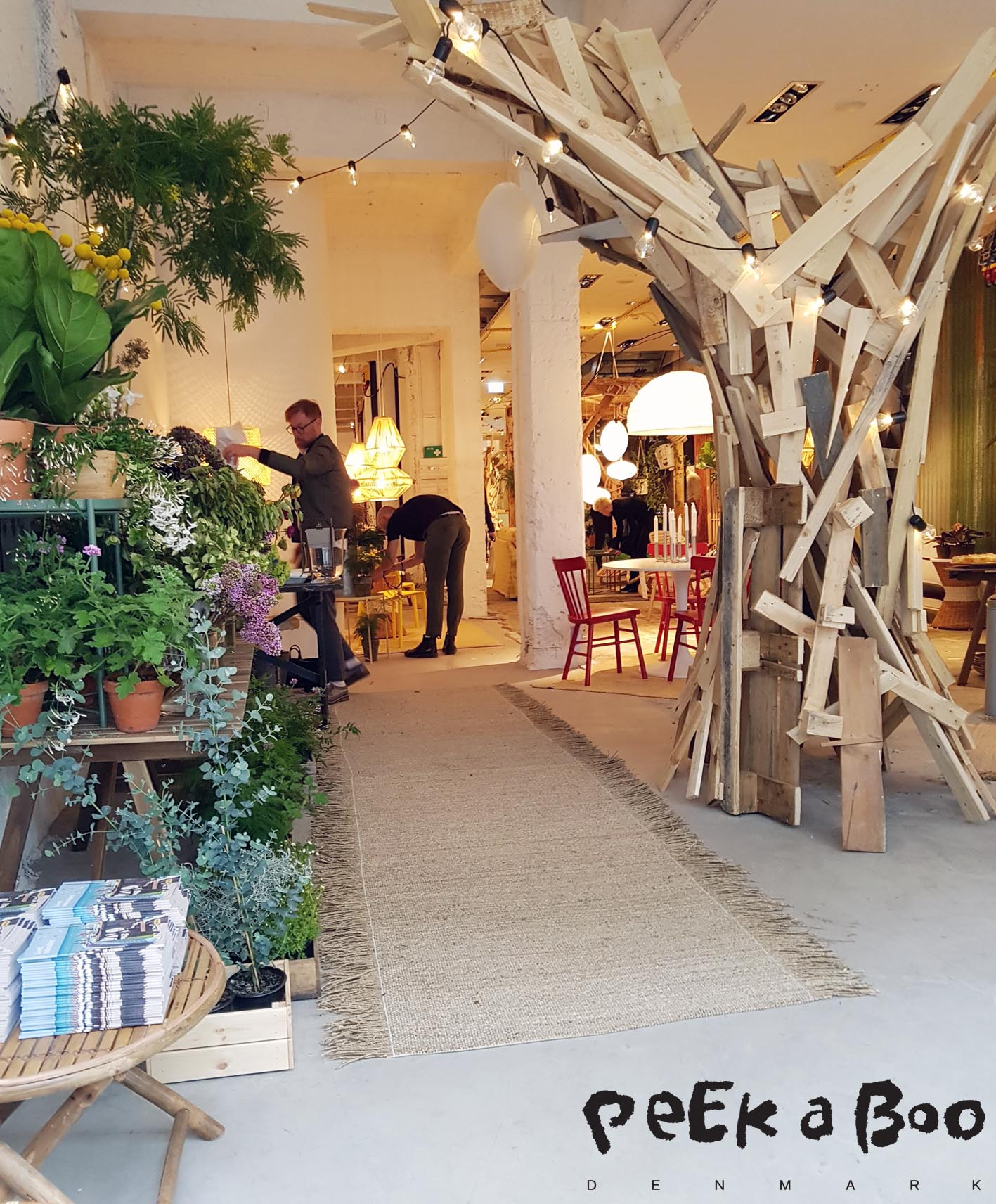 The flowershop at the entrance...and the wooden tree in the middle is so cool....