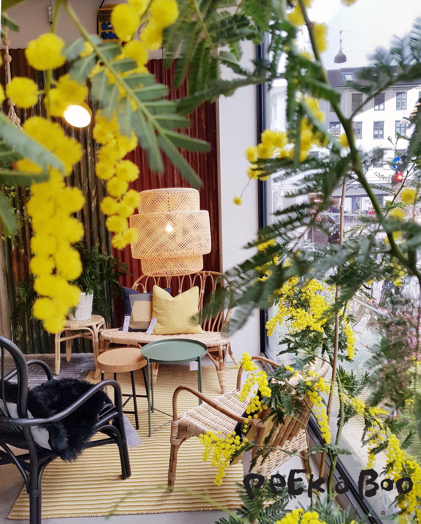Der er fyldt overalt med grønne planter og ved indgangen har blomsterskuret fået en plads, så alle kan købe friske blomster derinde.