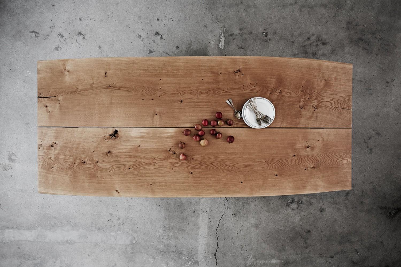 Ent Copenhagen plank table in oak tree.