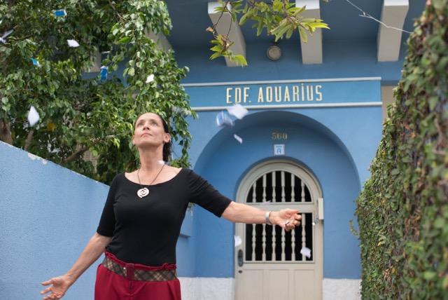 Clara foran huset med lejlihederne, hvoraf hun har lejligheden på 1.sal med vidunderlig udsigt over stranden.