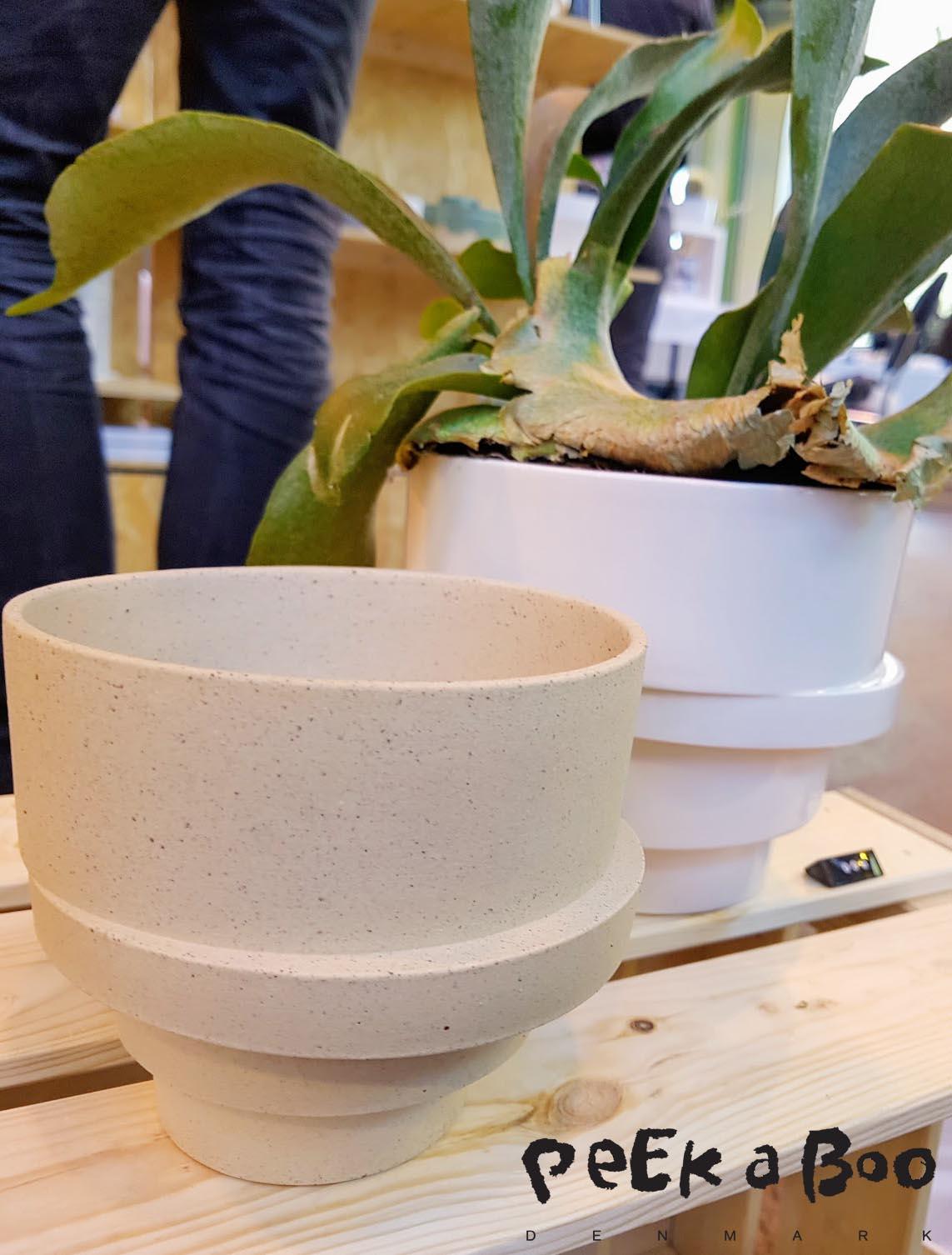 Lars Rank´s smukke urtepotter med underskål der bliver en skjult del af designet.