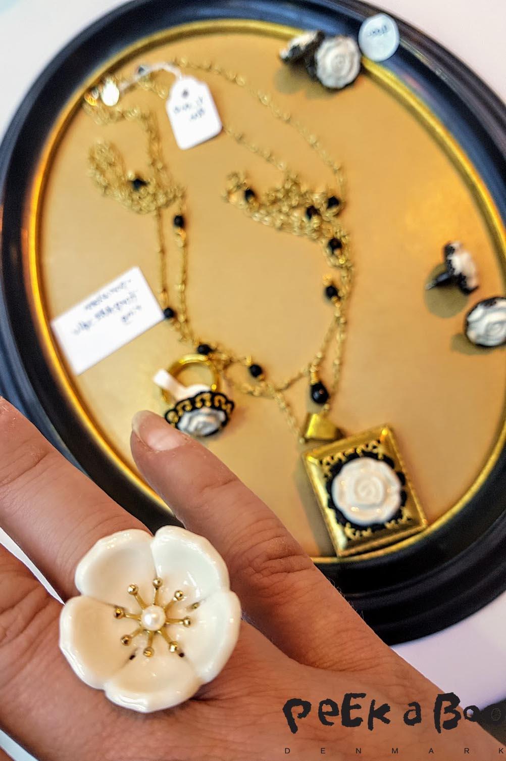 poporcelain er skønne lidt farmor agtige smykker i porcelæn.